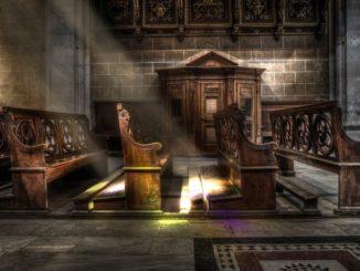 kościół wewnątrz - puste ławki