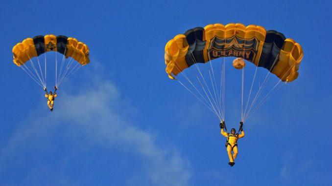 2 skoczków ze spadochronem